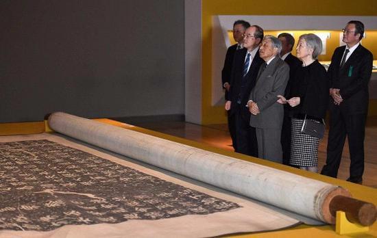 """日本明仁天皇夫妇在东京国立博物馆参观""""颜真卿:超越王羲之的名笔""""展览。(图片来源:日本《每日新闻》)"""